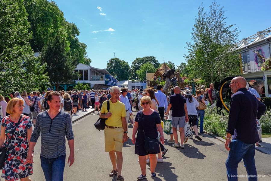 crowds at the chelsea flower show