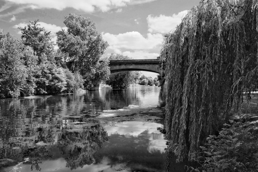 Maidenhead bridge in clack and white